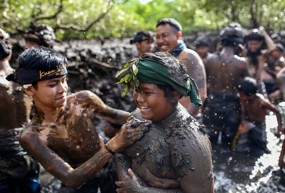 tradisi Mebuug-buugan (mandi lumpur)